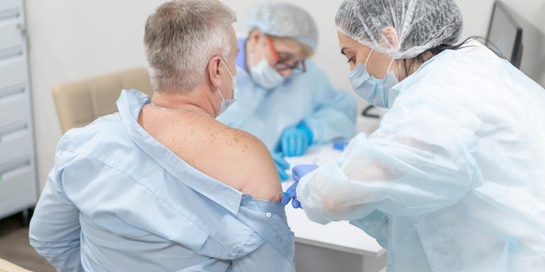 сотрудники «ПрофМедЛаб» проводят вакцинацию от COVID-19